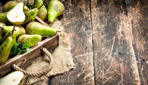 Vecchio vassoio del onn delle pere fresche sulla tavola di legno.