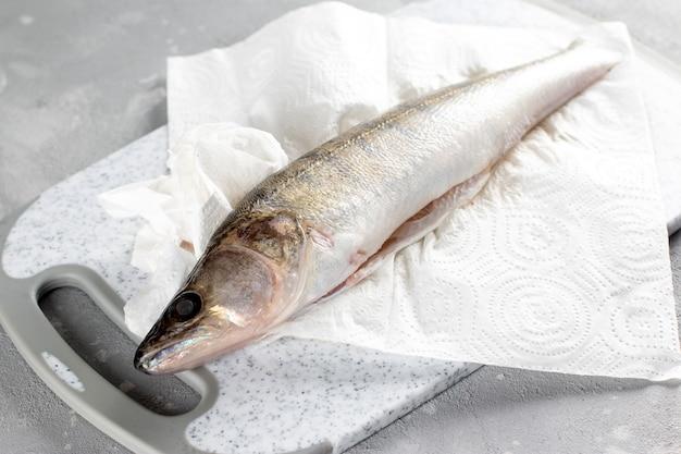 Pesce sbucciato fresco pronto da cucinare. lucioperca fresco in un piatto