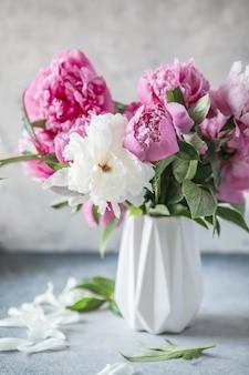 Fiori di peonia freschi in vaso. bouquet da vicino. elegante biglietto di auguri floreale.
