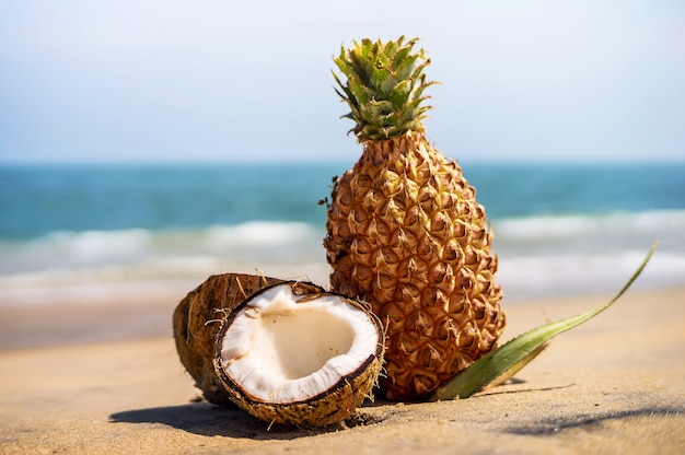 Ananas fresco e cocco in un paesaggio tropicale