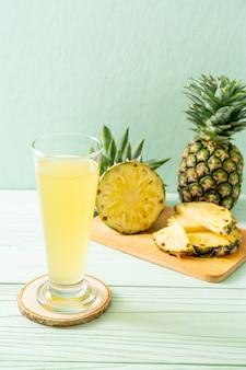 Succo di ananas fresco sul tavolo di legno