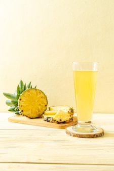 Succo di ananas fresco su legno