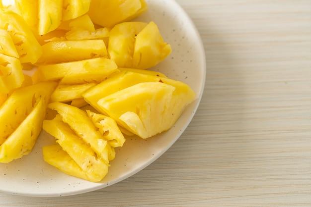 Ananas fresco affettato su piatto bianco