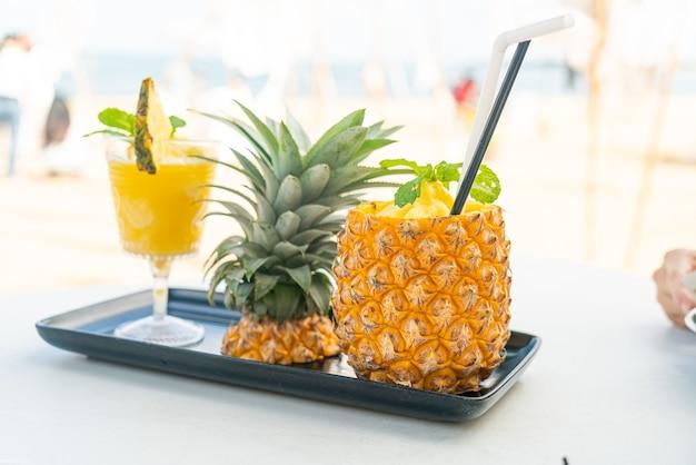Frullati di ananas fresco con sfondo di spiaggia di mare