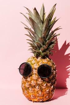 Ananas fresco con occhiali da sole