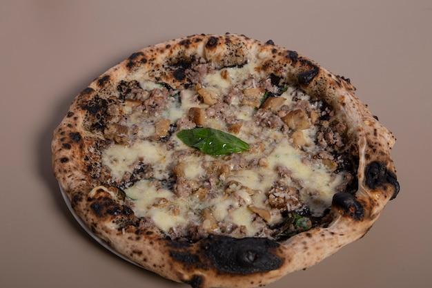 Pizza fresca con maiale, porcini e crema iberica. vista dall'alto orizzontale dall'alto.