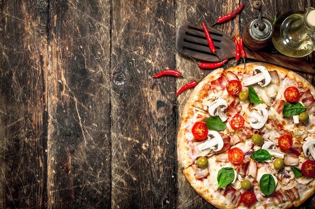 Pizza fresca con pomodoro