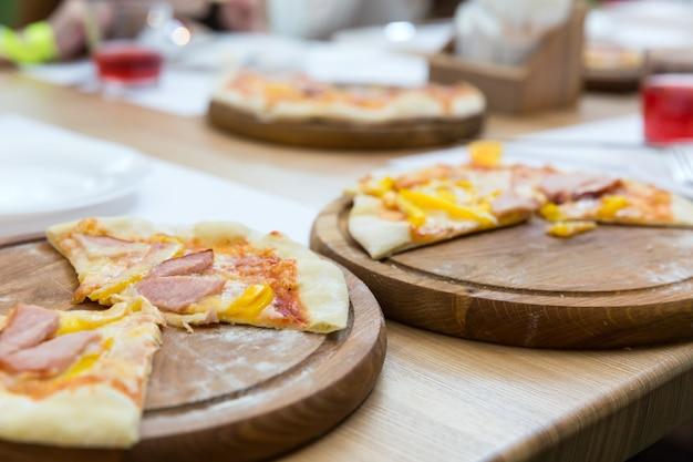 Pizza fresca su un primo piano del supporto di legno. piatto tradizionale italiano italian