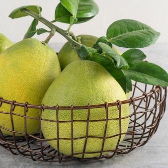 Pomelo fresco su fondo di cemento grigio per la frutta del mid-autumn festival.