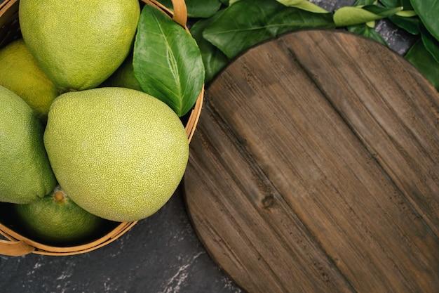 Pomelo fresco, pummelo, pompelmo, shaddock su sfondo nero, frutta per il festival di metà autunno, vista dall'alto, piatto.