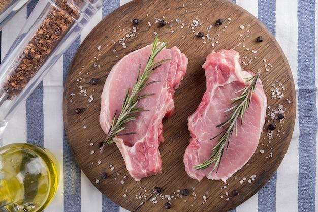 Carne fresca di maiale al rosmarino. vista dall'alto