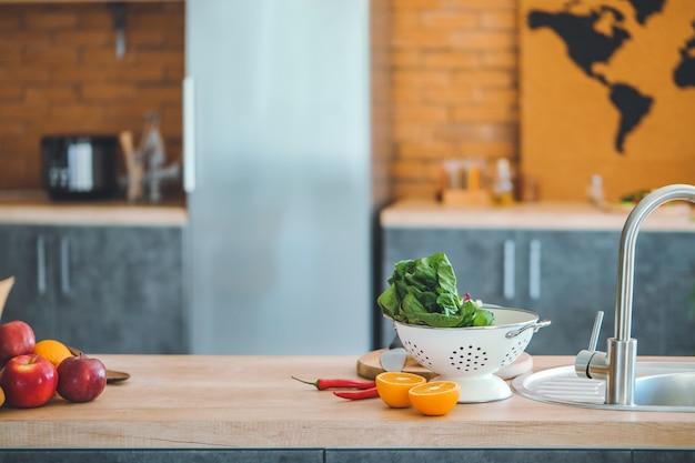 Prodotti freschi sul bancone della cucina
