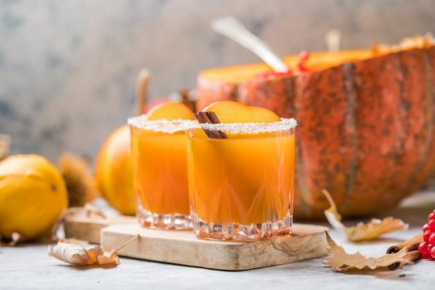 Succo di zucca fresco in un bicchiere