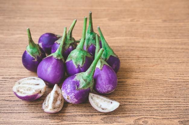 Melanzane viola fresche sulla tavola di legno. spazio libero per il testo