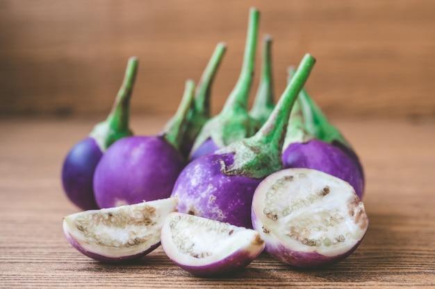 Melanzane viola fresche sulla tavola di legno.