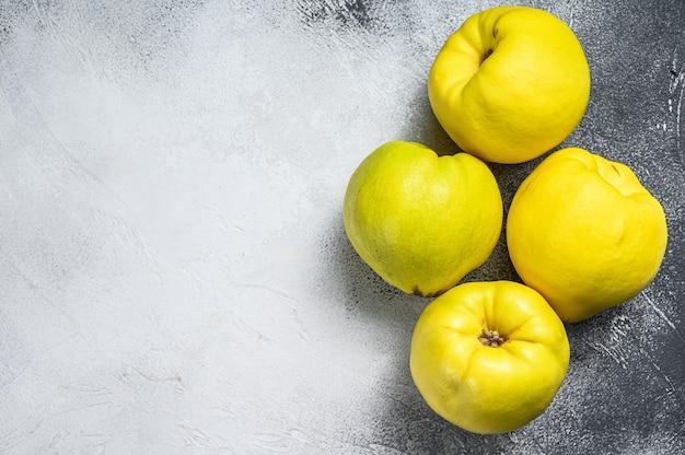 Frutta mela cotogna fresca sulla tavola bianca. sfondo bianco. vista dall'alto. copia spazio.