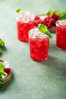 Cocktail di lamponi freschi con basilico e ghiaccio