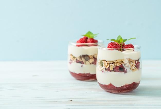 Lampone fresco e yogurt con muesli - stile di cibo sano