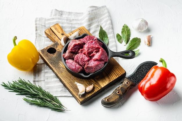 Cubetti di manzo crudo fresco con peperone dolce, in padella in ghisa