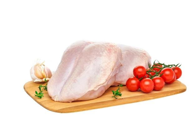 Petti di pollo crudi freschi su una tavola di legno