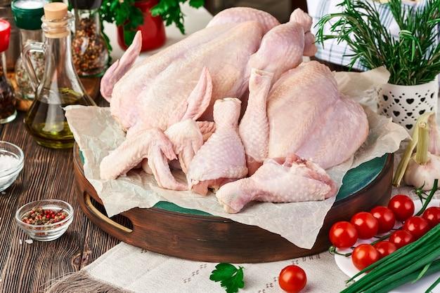 Pollo crudo fresco impostato sul tavolo