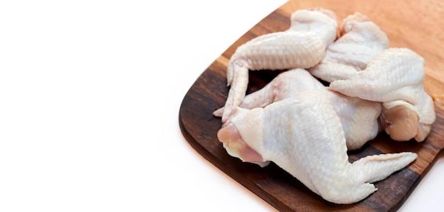 Tagliere in legno di ioni di ali di pollo crudo fresco