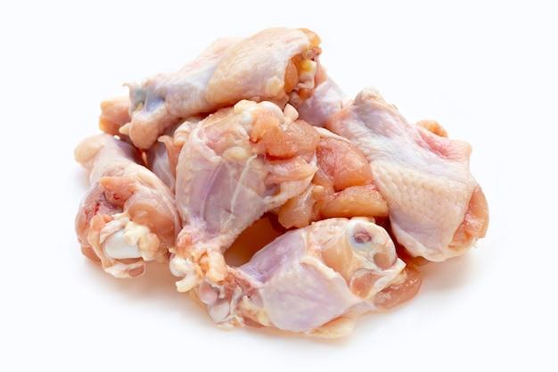 Ali di pollo crude fresche (wingstick) su fondo bianco.