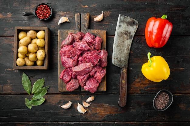 Carne di manzo tritata cruda fresca con peperone dolce e gratinati, sulla vecchia tavola di legno scuro