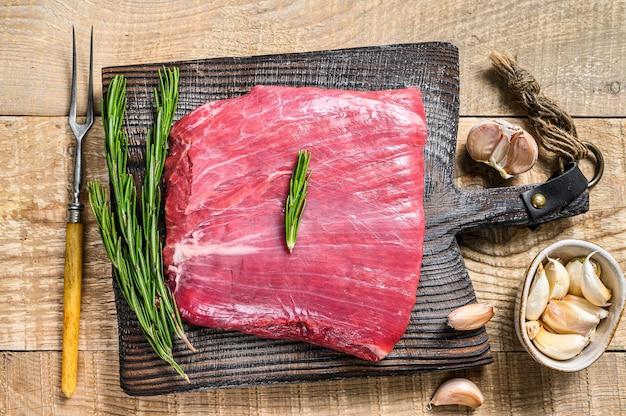 Fianco crudo fresco o bavette di manzo marmorizzata bistecca di carne al rosmarino