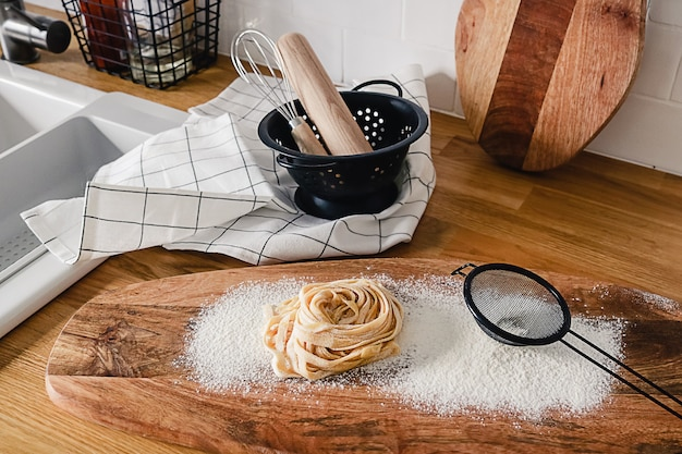 Pasta fresca fatta in casa cruda in cucina