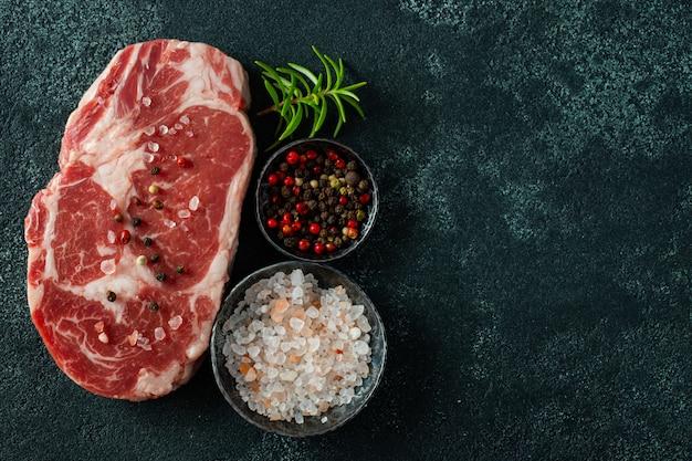 Bistecca e condimento freschi di ribeye della carne cruda