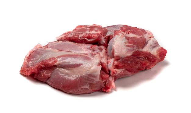 Carne di spalla di montone crudo fresco con osso isolato. grande pezzo di filetto di pecora o primo piano del filetto