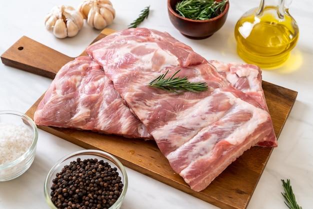 Costine di maiale crude fresche