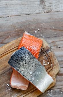 Salmone crudo fresco su un tagliere di legno