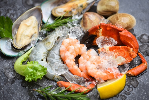 Buffet di pesce crudo fresco con erbe e spezie