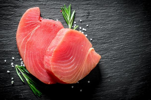 Trancio di tonno crudo fresco con rosmarino.