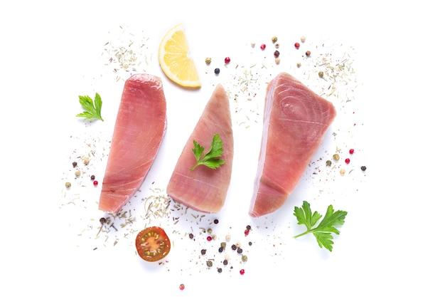 Bistecche di tonno crudo fresco su sfondo bianco