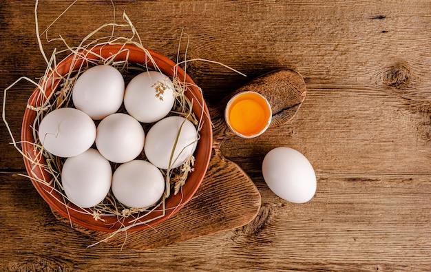 Uova bianche crude fresche sulla tavola di legno.