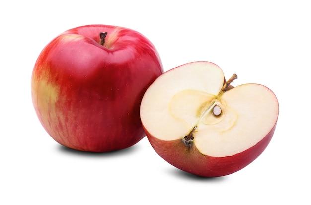 Mela rossa fresca e metà della mela con seme, isolato su sfondo bianco.