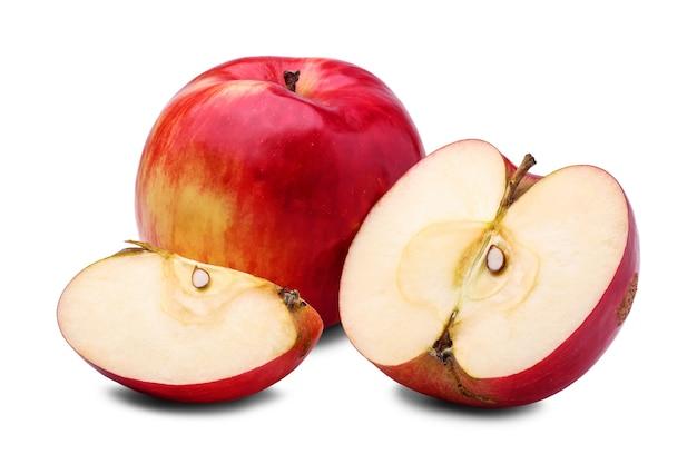 Mela rossa fresca, metà e fetta di mela, isolata su priorità bassa bianca.