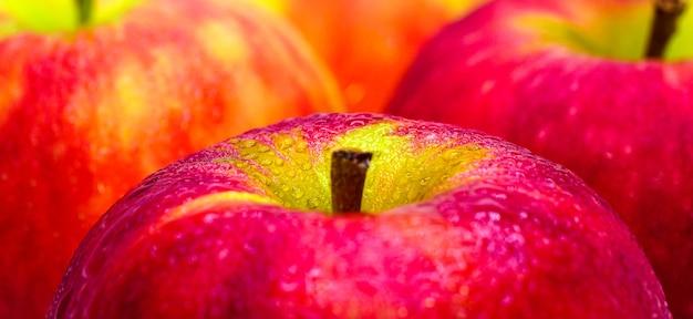 Mele rosse fresche con gocce d'acqua closeup