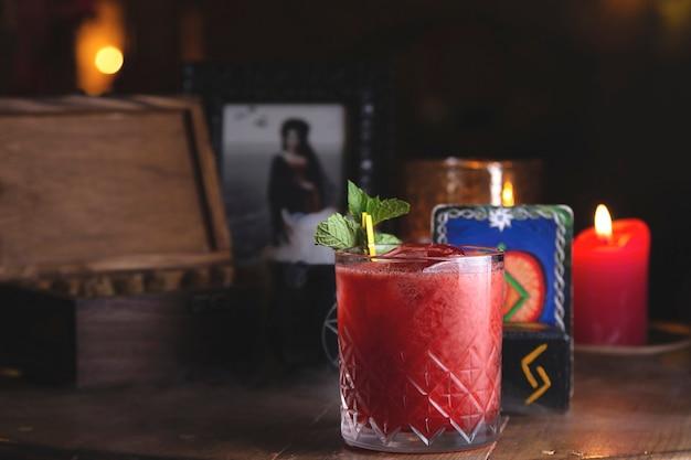 Fresco cocktail a bacca rossa con menta nel ristorante della strega