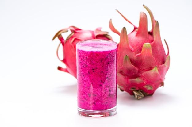 Succo di frutta fresco del drago rosso (pitaya) in tazza di vetro.