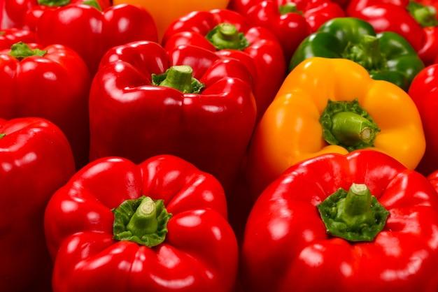 Sfondo di peperoni freschi rossi, verdi, gialli.