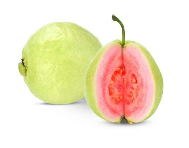 Guava rosso fresco isolato su sfondo bianco.