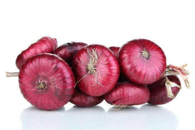 Cipolle rosse fresche isolate su bianco