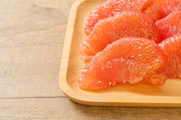 Frutta fresca del pomelo rosso o pompelmo sulla piastra