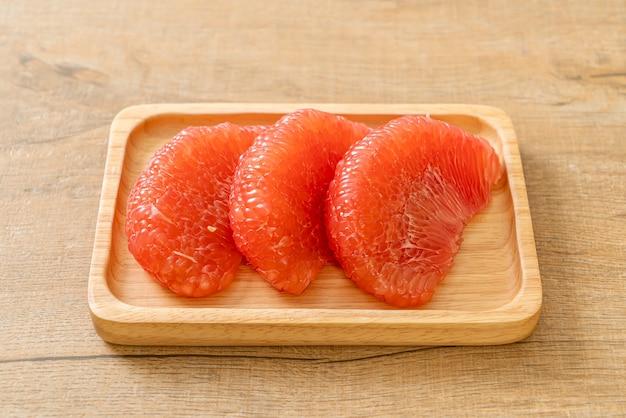 Pomelo rosso fresco o pompelmo su piatto