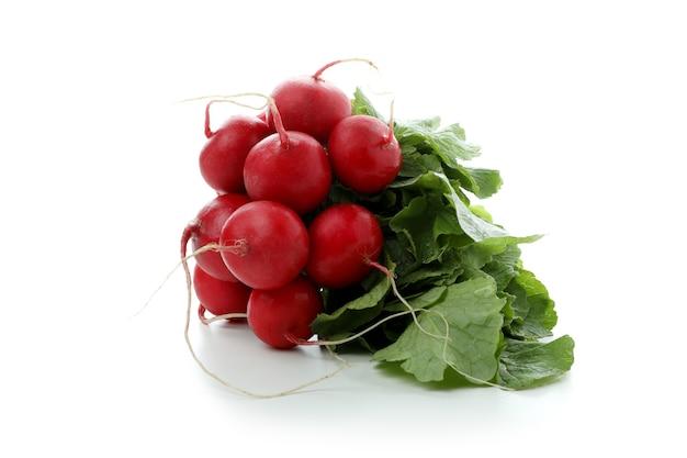 Ravanello rosso fresco isolato su bianco