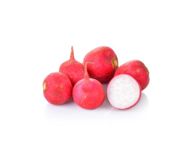 Ravanelli rossi freschi su bianco